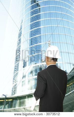 Diseñador mirando moderno edificio