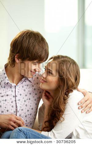 zartes paar verbringen Zeit zusammen im Haus und betrachten gegenseitig mit Zuneigung