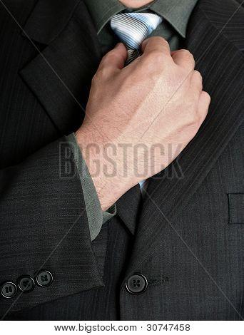 Empresario afinando la corbata