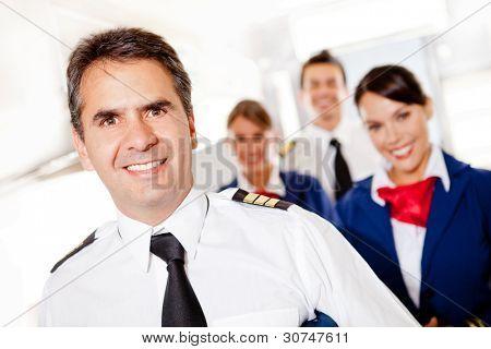 Kapitän mit Flugbegleiter in ein Flugzeug-Lächeln