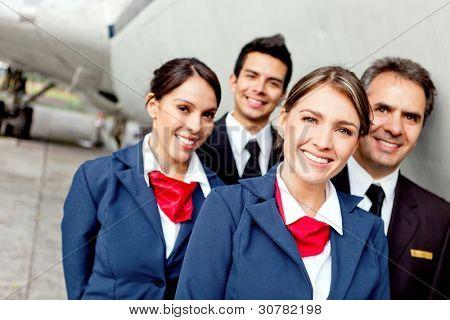 Cabin Crew Team mit Piloten und Flugbegleiter lächelnd