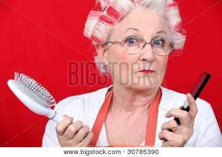 Mujer Senior con Rizadores para el cabello