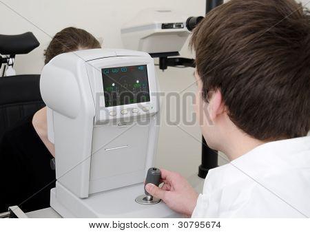eye exam using refkeraratometer