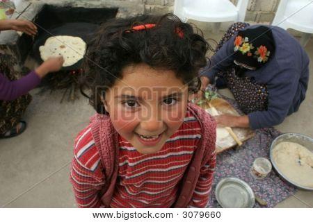 Linda chica sonriendo esperando Gozleme