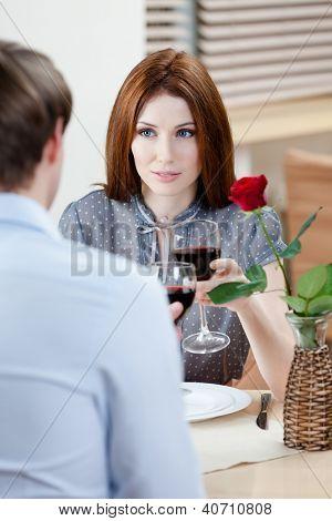 Par é a casa de café sentado à mesa com vaso e carmesim subiu nele