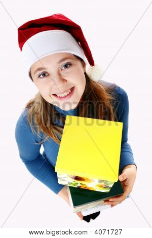 Menina sorridente com caixas