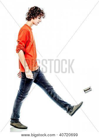 ein junger Mann trug kaukasischen treten Blechdose traurig Seitenansicht im Studio weißen Hintergrund