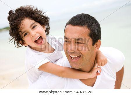 Vater und Sohn lächelnd