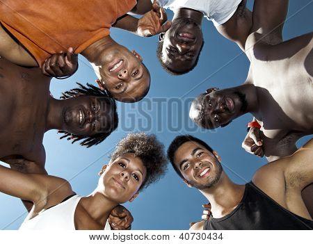 Retrato de grupo de jovens masculino e feminino no exterior