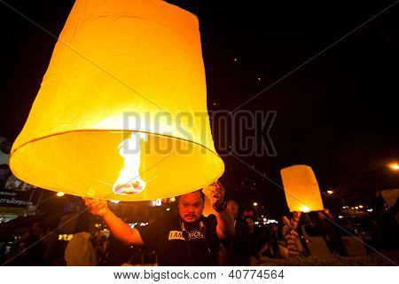 CHIANGMAI,THAILAND - DEC 31: People release sky lanterns during the New Year celebrations, Dec 31, 2012 in Chiangmai, Thailand. Launching sky lanterns symbolize worship Buddha's relics.