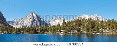Panorama de Lago alpino High Sierra