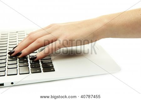 mujer manos escribiendo en laptot, aislado en blanco