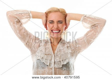 Retrato de mulher loira caucasiano, segurando as mãos em seus ouvidos contra fundo branco