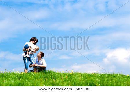 Bebé, el padre y la madre feliz