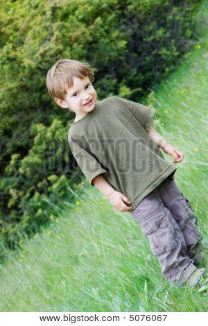 cute Boy auf natürlichen Hintergrund
