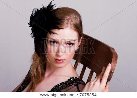 Atractiva mujer joven sentada en una mecedora