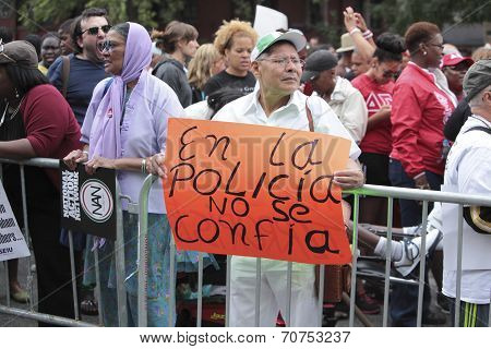 Activist with sign in Spanish