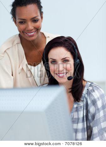 lächelnd Geschäftspartnern an einem Computer arbeiten