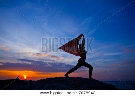 Mujeres practicando Yoga al atardecer