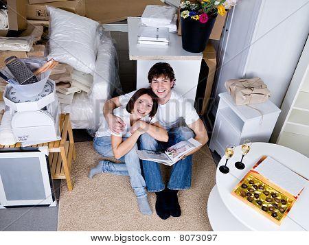 glückliches Paar in die neue Wohnung