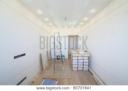 Empty room where there is a repair with tool and building material