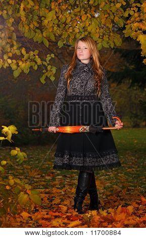 Mädchen im Herbst Wald