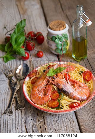 Spagetti with prawns, cherry tomatoes and basil