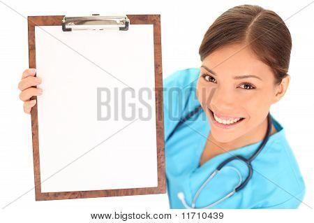 Enfermera / Doctor mostrando signo de portapapeles en blanco
