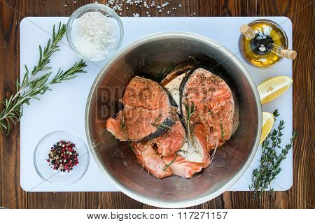 marinating steaks of salmon