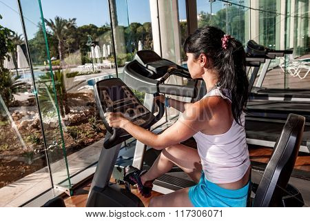 Woman doing exercises in the gym. Ealthy lifestyle.