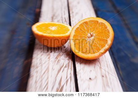 arancia su fondo bianco e blu