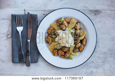 Mussels with garlic potatoes and sauce on a plate