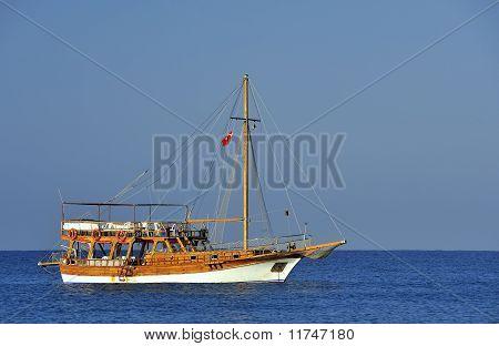 La nave en el mar desde Turquía