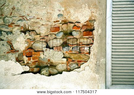 Cavaria Window  Venetian Blind In The Concrete