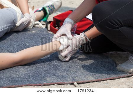 Hand bandaging. First aid training.