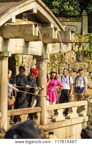 Tourists Kiyomizu-dera Otowa-no-taki Waterfall