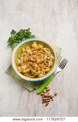 pasta with bacon and pistachio nut