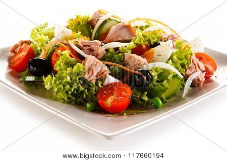 Tuna, boiled eggs and vegetables