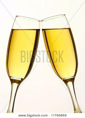 Zwei Champagner-Gläser in toast