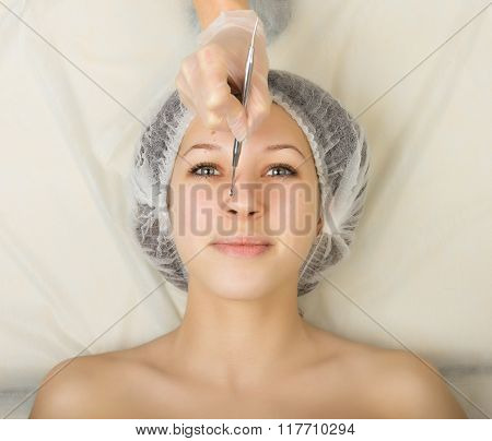 Beautician examining the face of a young female client at spa salon. face cleaning, Una cuchara. Pro