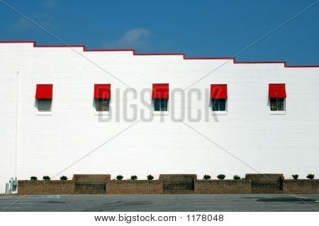 rote und weiße Gebäude