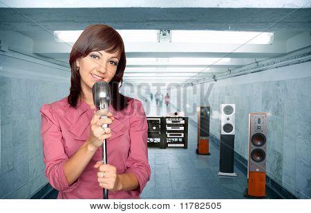 Frau mit Mikrofon und Audio-System im U-Bahn-Korridor-Collage