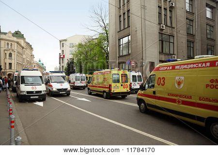 Ambulancias de emergencias muchas amarillo y blanco en la calle y edificios antiguos