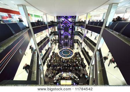 Grande centro comercial de quatro andares, fonte e com elevadores, Interior moderno preto e branco, Ver os de cima