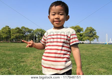 Japanese boy playing with rock-scissor-paper (3 years old)