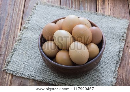 The soup plate with brown chicken eggs.