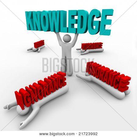Ein Mann hebt das Wort Knowledge und schlägt andere, die durch Unwissenheit, zerkleinert werden zur Veranschaulichung wie Sie C