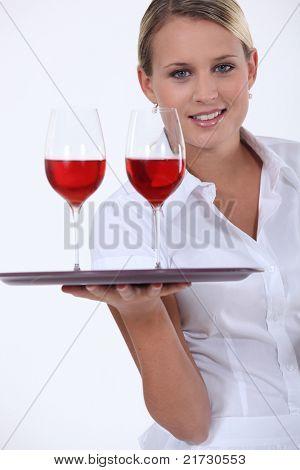 Sommelier mit zwei Gläser Rotwein