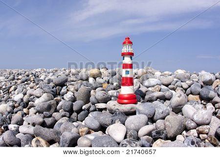 Modelo pequeño faro en Flintstone a lo largo de la costa