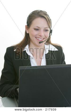 Mulher com fone de ouvido e computador